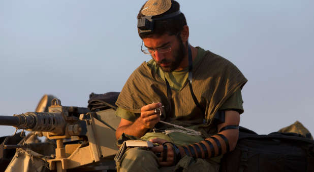 Reuters-Israeli-soldier-praying-photog-Siegfried-Modola-chrismanews